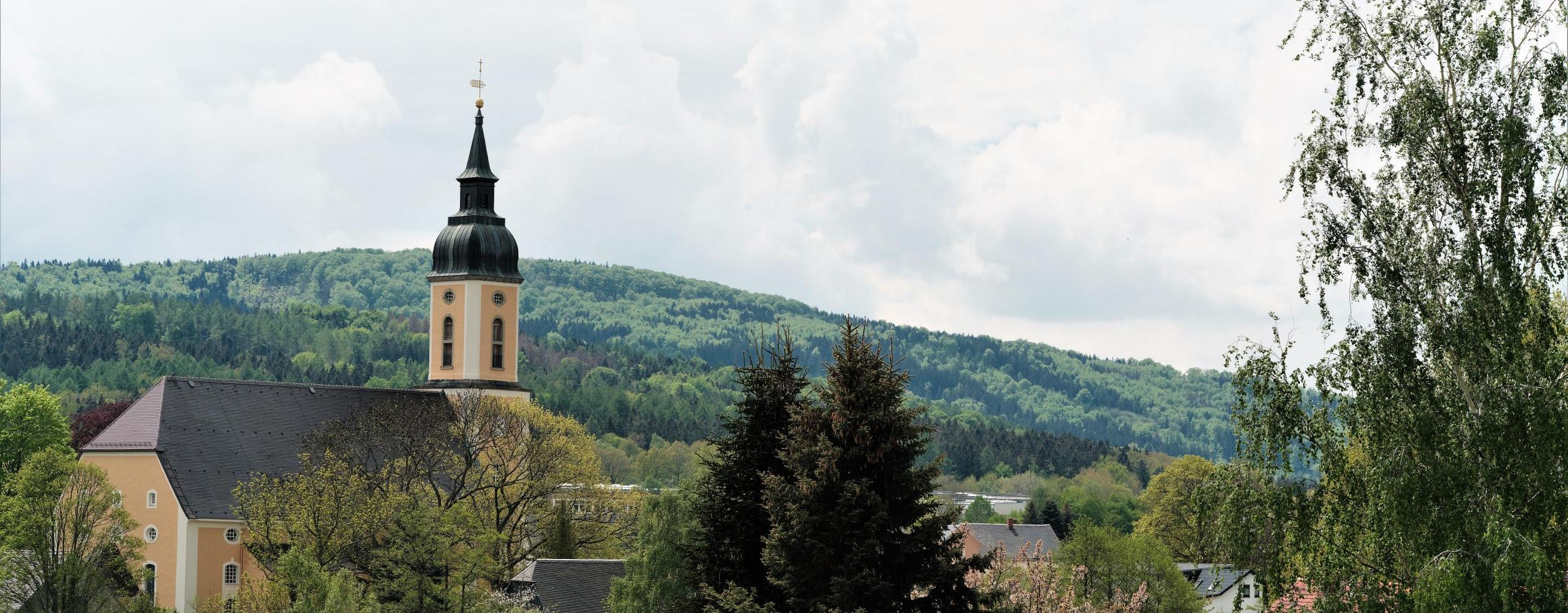 blick aus neukirch zum valtenberg c. hilse ©Blick auf Kirche und zum Valtenberg Foto: Christian Hilse